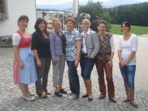 """Mit Kolleginnen der """"Landfrauenküche 2011"""" vor unserem Hof."""
